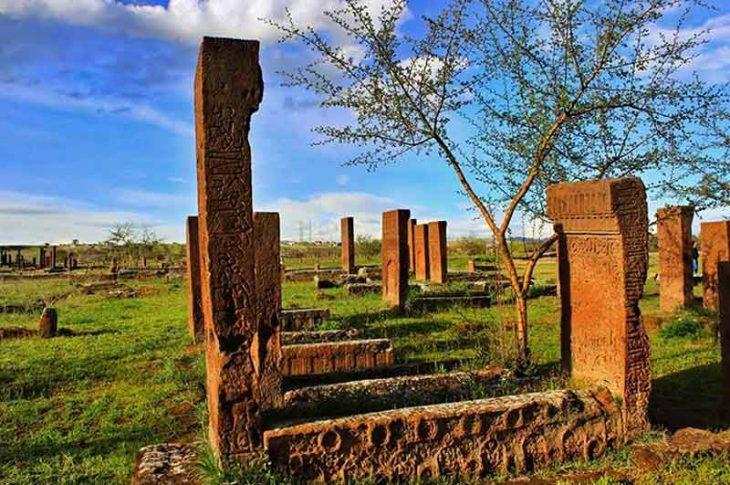 Ahlat'ta bulunan Selçuklu dönemine ait mezar taşları tarihe ışık tutuyor.