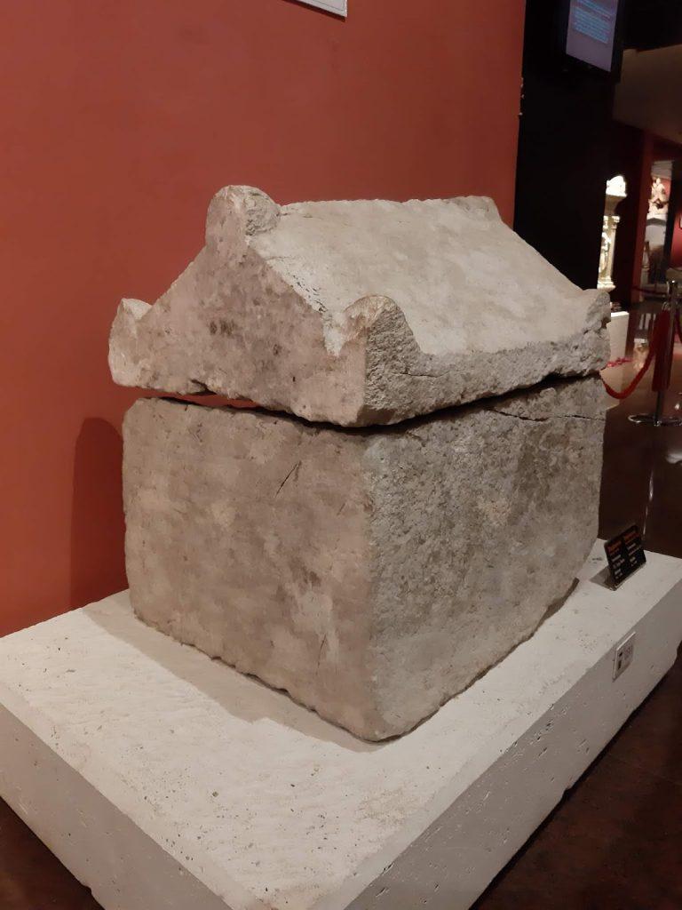 Termessos Antik Kenti'nde bulunan köpek lahti