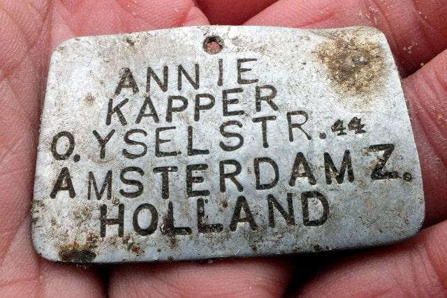 Nazi kurbanı, 12 yaşındaki Annie Kapper isim etiketi.