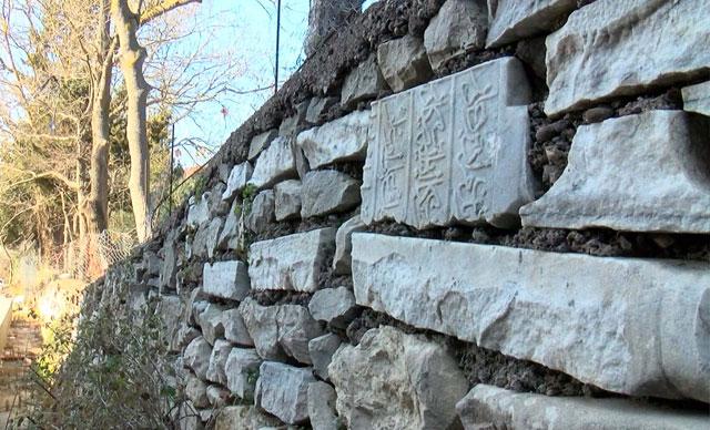 Osmanlı döneminde kalma mezar taşları mezarlık duvarında kullanılmış