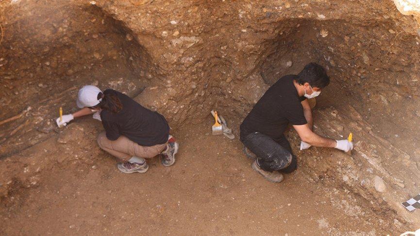 Adıyaman'da kaya mezarı içinde 7 iskelet bulundu