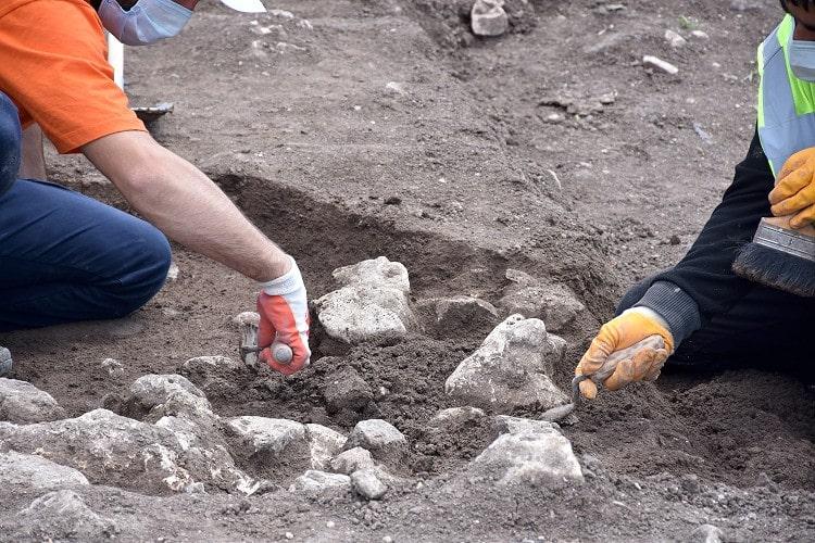 Bilecik Bahçelievler Mahallesi'nde gerçekleştirilen kazılarda iskelet bulundu. İskeletin DNA sonucu bekleniyor.
