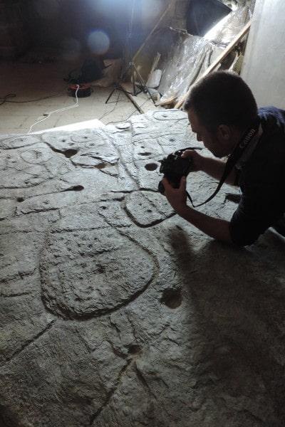 Fransız Ulusal Önleyici Arkeolojik Araştırma Enstitüsü (Inrap), Bournemouth Üniversitesi, CNRS ve Université de Bretagne Occidentale'den (UBO - Batı Brittany Üniversitesi) araştırmacılar, Saint-Bélec'ten (Leuhan, Finistère Departmanı) oyulmuş levhayı incelediler.