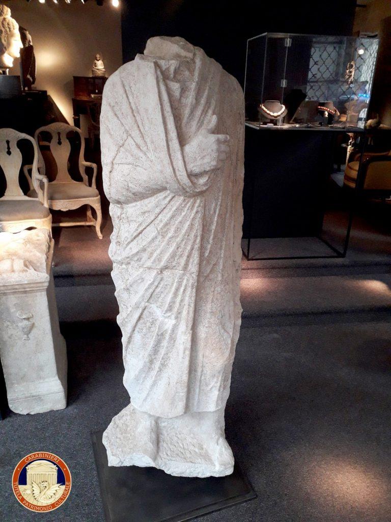 İtalyan Sanat Polisi tarafından ele geçirilen başsız Roma heykeli