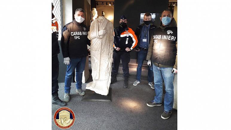 İtalyan polisi tarafından ele geçirilen Roma heykeli