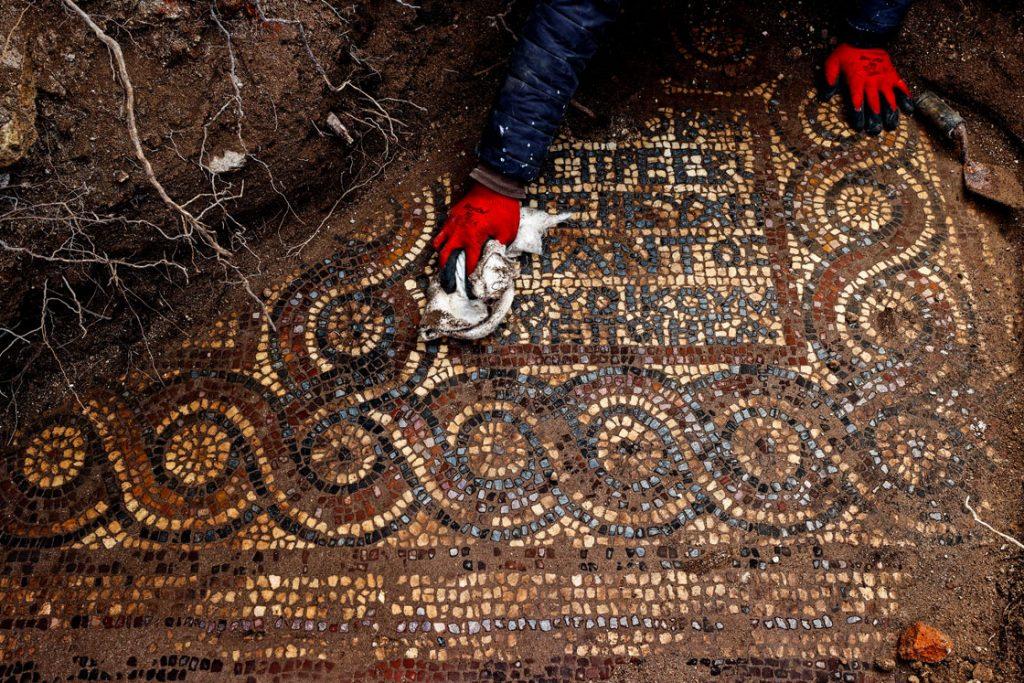 İzmir Aliağa kaçak kazı yapılırken 1500 yıllık mozaik ortaya çıktı