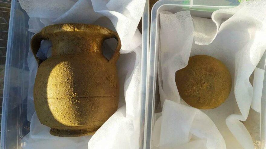 Helenistik döneme ait olduğu değerlendirilen 1 adet iskelet, 2 adet topraktan yapılmış kap ve 4 adet parça halinde sarı renkli amorf nitelikli obje ele geçirildi.