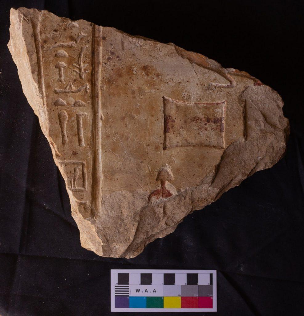 Hiyeroglif yazıtlı kapının bir parçası