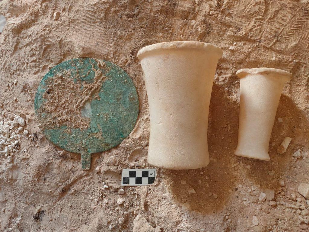 Mezarlardan çıkarılan çanak çömlek parçaları