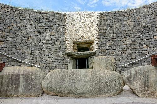 Newgrange'ın böbrek şeklinde tasarımı yapılmış taşları.