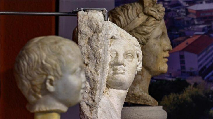 Satyros kabartması ve heykeller