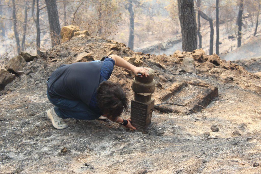Senir Mahallesi sakinleri orman yangınında mezarlığın fazla etkilenmemesi için uğraştıklarını ama yeterli olmadığını söylediler. Fotoğraf DHA