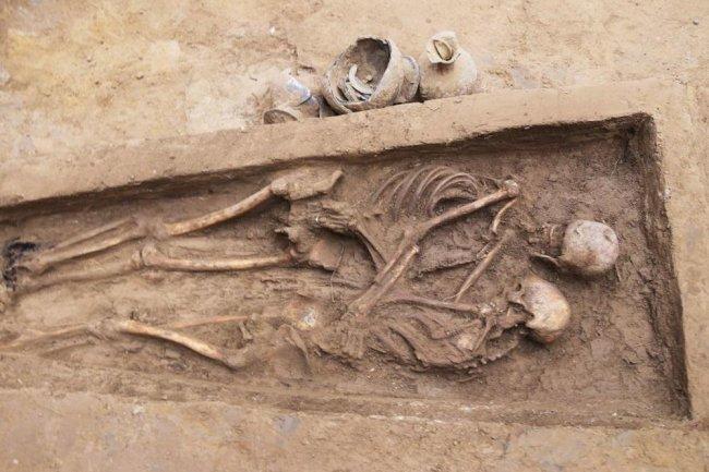 Çin'de kucaklaşan aşıkların mezarı