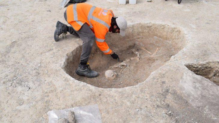 İngiltere'de Cambridgeshire arkeolojik kazısında bulunan 4500 yıllık tunç çağı çiftçisinin mezarı