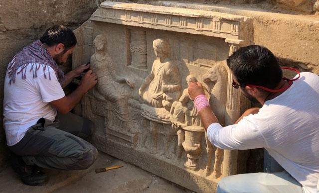 Parion antik kentinde bulunan mezar steli Fotoğraf DHA