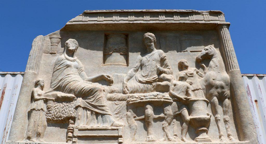 Parion'da ortaya çıkarılan mezar steli dönemin kültürü hakkında bilgi verecek. Fotoğraf DHA
