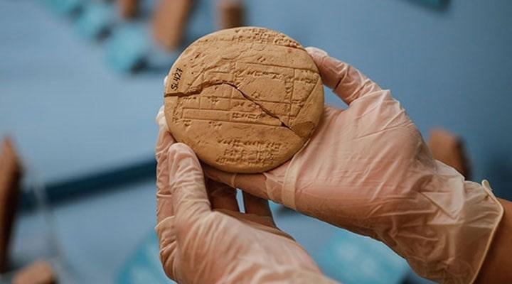 istanbul-arkeoloji-muzesi-nde-sergilenen-3-bin-700-yillik-kil-tablet-en-eski-kadastro çizimi