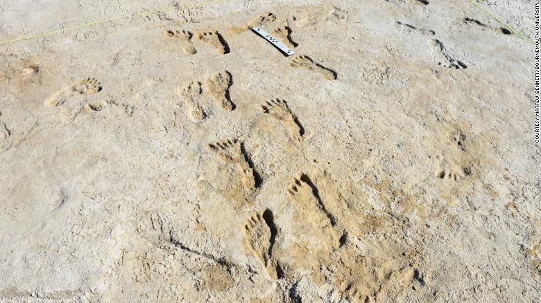 23000 yıllık fosilleşmiş insan ayak izlerinin çoğu genç ve çocuklara ait olduğu görüldü.