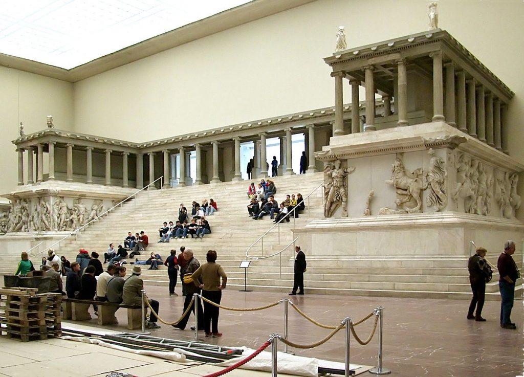 Berlin Pergamon Müzesi'nde sergilenmekte olan Zeus Tapınağı'nın replikası her yıl binlerce ziyaretçi çekiyor.