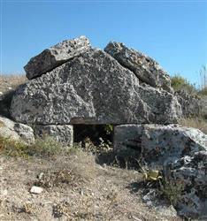 Colassae antik kenti kayaya oyulmuş oda ve ev tipi mezar