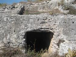 Colassae antik kentinde kayaya oyulmuş oda ve ev tipi mezar