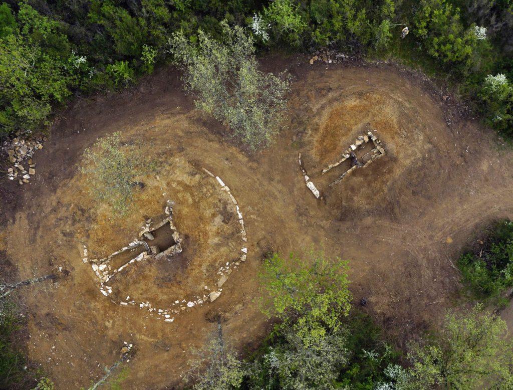 Bu çalışmada insan kalıntılarının incelendiği, Vetulonia'daki (Grosseto) San Germano'daki MS altıncı yüzyıla tarihlenen iki Etrüsk mezarının alan görünümü. Fotoğraf: © Paolo Nannini
