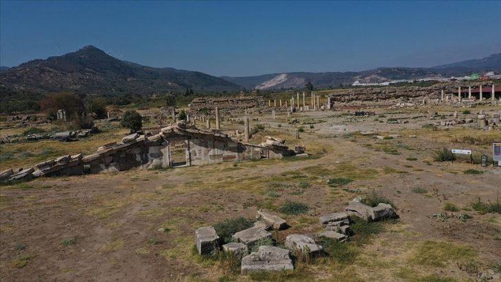 Magnesia Antik Kenti_Zeus tapınağı giriş kapısı çıkarılıyor