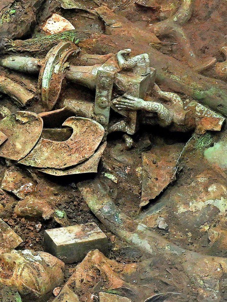Sanxingdui Harabeleri'nde çıkarılan bronz ve fildişi eşyalar