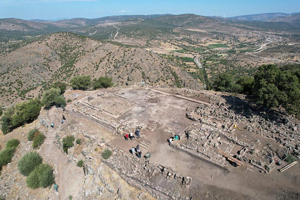 Aigai Antik Kenti'nde Athena Tapınağı kazısı