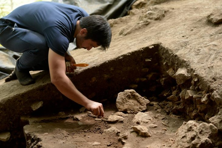 Kahramanmaraş Dikili Mağarası'nda küçük tarım aletleri bulundu. Fotoğraf AA