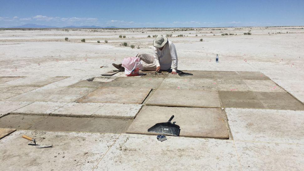 Arkeologlar, Utah'daki Great Salt Lake Çölü'nde 12.000 yıldan daha eski bir ocağın kalıntılarında kömürleşmiş tütün tohumları buldular. Burada, Kelly McGuire ocağı kazıyor.(İmaj kredisi: Daron Duke)