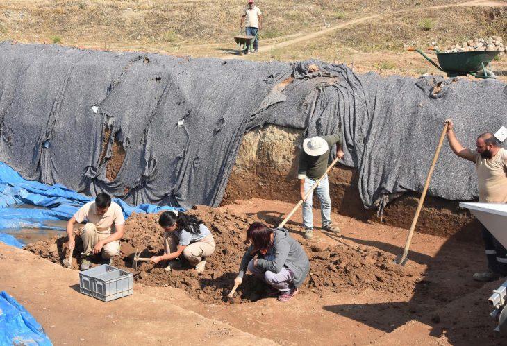 Yeşilova ve Yassıtepe höyüğü kazılarında benzersiz balık figürlü küçük ev aleti bulundu